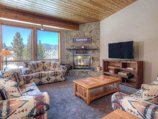 Charming home with private hot tub, shared pool, 10 min to skiing!