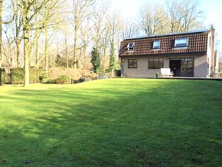 KOMBINN.be holiday home: 1000 sqm in the woods around Bruges