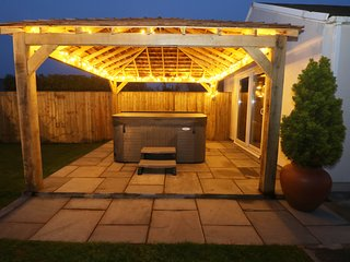THE ELMS, hot tub, Pembrokeshire Coast National Park, Milford Haven 2 miles, Ref