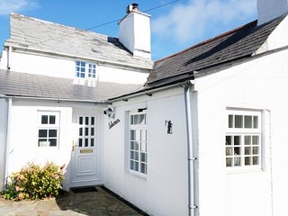 LABURNUM COTTAGE, pet-friendly character cottage, WiFi, garden, Trewint near