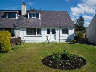 OTTERBURN, woodburner, lawned gardens, pleasant location, in Gairloch