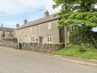BOX TREE COTTAGE, countryside views, exposed beams, woodburning stoves, Peak