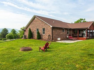 Fall Savings! Town & Country 3BR w/ Huge Lawn