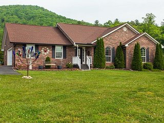 Town & Country 3BR w/ Huge Lawn