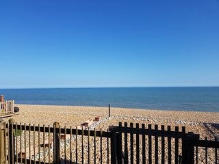 Beachfront detached house, pet friendly, driveway parking for 2 cars, sleeps 8