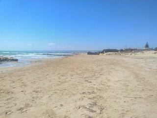 Wohnwagen in Sizilien am Meer wunderschoner Sandstrand