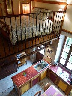 la chambre en mezzanine, vue plongeante sur la cheminée