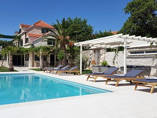 Villa SHIRAZ - pool, panoramic view and antiques for up to 9 persons