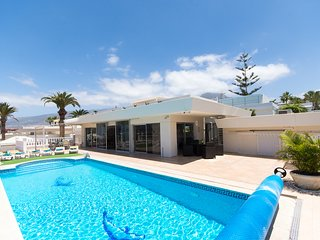 Modern Central 6 Bedroom Villa. Private Heated Pool. Air Con. Central Location