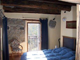 Antica casa in pietra in collina