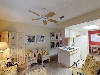 Conveniently located condo w/ shared pool & tennis - walk to the beach!