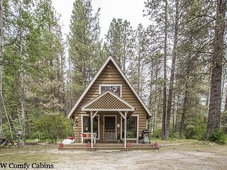 Cozy little cabin with FREE WiFi, Hot Tub, Cable TV and Dogs Welcome