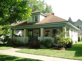 Shorewood Cottage - 230 Erie Street - 3 blocks to South Beach