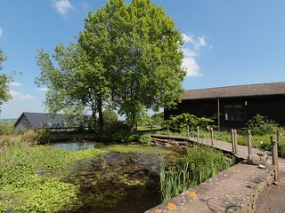 THE HAYLOFT, three floors, Swimming Pool, WIFI, countryside views, Ref 965726