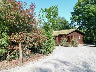 KIPLING LODGE, open-plan, decked areas, hot tub, near Leek