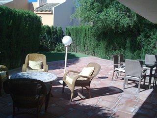 Apartamento dos dormitorios con porche y jardín privado.Zona Casino Marbella