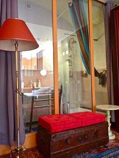 salle d'eau chambre rousseau, douche style italienne, vue sur jardin ou rideaux occultant