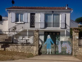Holiday home with garden close to beach and village, 2 bikes included