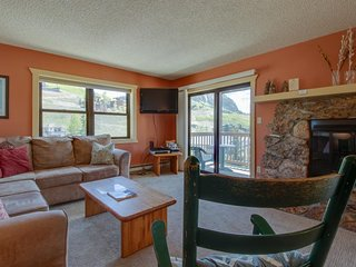 NEW LISTING! Charming condo w/mountain views & shared hot tub-walk to lifts!