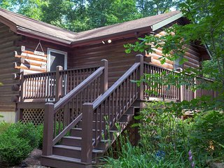 Relaxing cabin with private hot tub, secluded location, free WiFi!