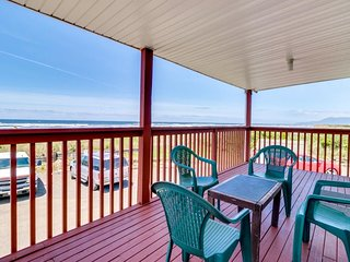 NEW LISTING! Comfy, oceanfront condo w/water views & easy beach access - Dogs OK