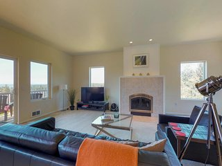 Oceanview house in quiet spot w/ full kitchen, fireplace, free WiFi - dogs OK