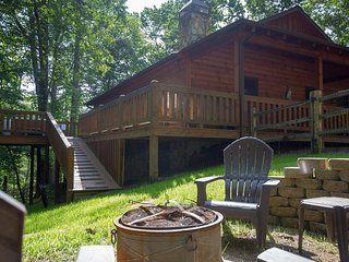 Dog-friendly cabin with private hot tub, fenced yard, and gorgeous location!