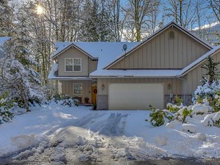 Mtn Condo w/ pool table, private hot tub great for golfers, skiers, & hikers