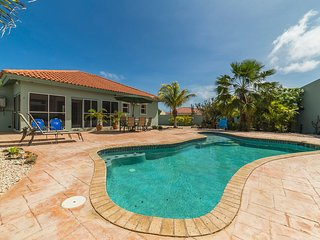 Canaruba! 3 BR, comfortably sleeps 6, private pool,all the amenities,Beach 1mile