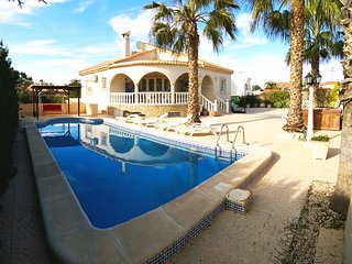 Villa with large pool in Alicante