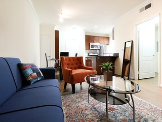 East West Comfort: Downtown LA Artistic Suite