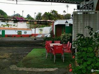 lugar tranquilo y bien situado ,con transporte de bus a cinco m. de la puerta