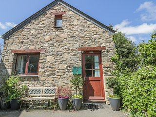 20 BRAMBLE COTTAGE, detached cottage, WiFi, parking, close to beach, in St Colum