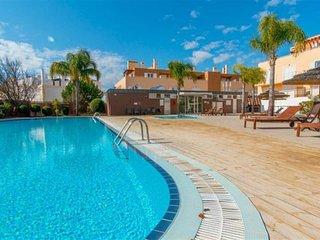Cabanas Gardens Luxury Apartment, pool, gardens, beach. A/C and Garage inclued