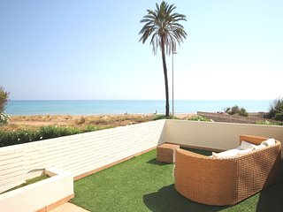 BEACHFRONT APARTMENT WITH SEA VIEWS. WIFI. REF: TIERRA DE MAR 11