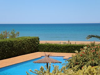 BEACHFRONT APARTMENT WITH SEA VIEWS. WIFI. REF: LAS DUNAS 02