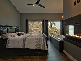 Okanagan Romantic Suite. Private accomodation overlooking Kalamalka Lake.