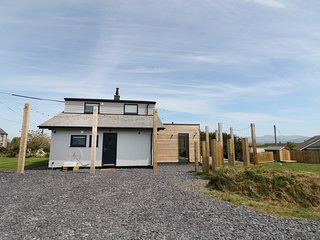 FOREST LODGE, views towards Snowdonia, perfect for families, contemporary interi
