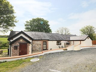 PENTRE BERW, detached barn conversion, WiFi, private patio with BBQ, in Pentre B