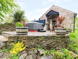 LYNHER COTTAGE, romantic, character holiday cottage, with a garden in Hatt, Ref