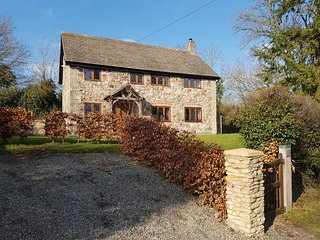 ABBOTT'S RETREAT, pet-friendly, WiFi, woodburner, en-suite access, detached