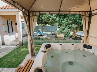 Green apartment with jacuzzi, only 400m from the beach!