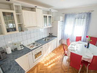White Apartment 400m from sea, near Split and Trogir