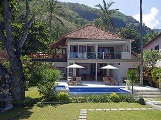 Stunning Beachfront Villa Pantai Candidasa 2 BR