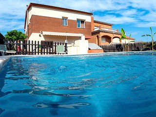 4 bedroom Villa with Pool, WiFi and Walk to Shops - 5629317