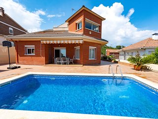 4 bedroom Villa with Pool, WiFi and Walk to Shops - 5802014