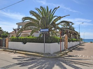 4 bedroom Villa with Walk to Beach & Shops - 5608738