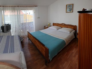 3 separate units for 8 guests just 200 m to Beach