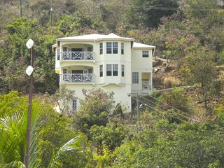 Stand Alone 3 Bedroom/2.5 Bathroom Family House with Great Views of the Sea!