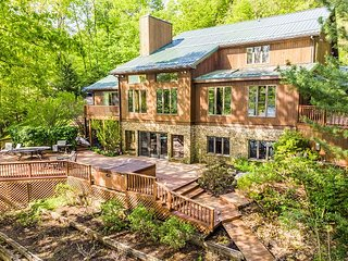 Less than 2 miles from Wisp, lake views & 4 master suites!